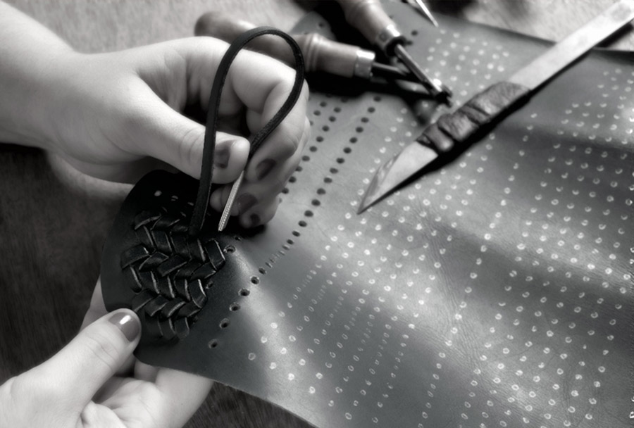 Braiding leather for a handbag: Jessica Oliveira from Conceria