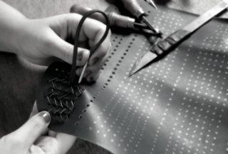 Braiding leather for a handbag: Jessica Oliveira from Conceria